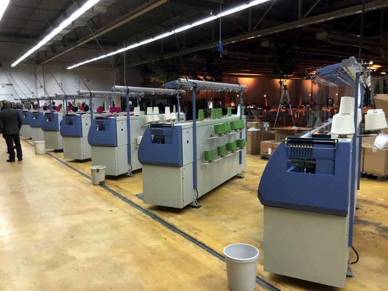 Strickmaschinen bei Disana in der neuen Produktionstätte